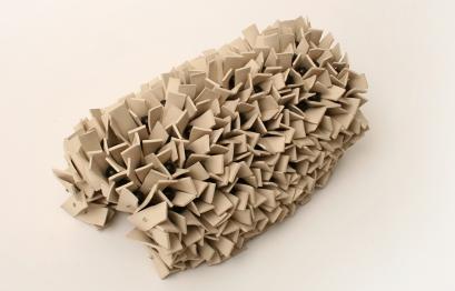 Begin 2005 Arcilla modelada y semillas parapara ensambladas con guaya de acero 4 x 25 x 25 cm (1.6 x 9.8 x 9.8 in)
