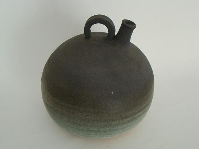 Botija negra 1990 Arcilla torneada, ensamblada y esmaltada 22 x 22 Ø cm (8.7 x 8.7 Ø in)