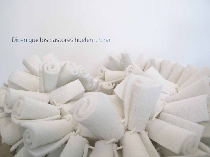 Dicen que los pastores huelen a lana 2013 Esponjas y ramplugs ensamblados con nylon 20 x 240 x 80 cm (7.9 x 94.5 x 31.5 in)