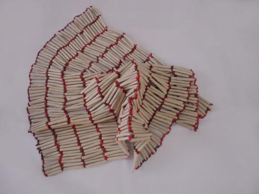 Drac 2005 Porcelana modelada y cuentas de vidrio ensambladas con nylon 43 x 57 cm