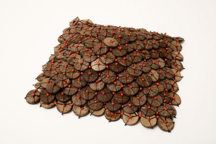 Estrella de mar 2006 Botones de coco y cuentas de vidrio ensamblados con hilo de nylon 9 x 26 x 26 cm (3.5 x 10.2 x 10.2 in)