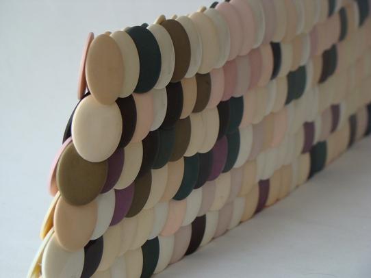 Pared de botones 2010 Botones plásticos ensamblados con nylon 15 x 64 x 1.5 (6 x 25 x 0.5 in)
