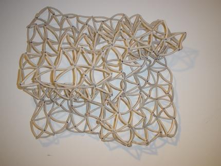 Sigilosa 2005 Porcelana modelada y cuentas de vidrio ensambladas con acero 60 x 60 cm (23.6 x 23.6 in)