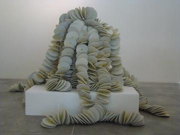 Tengo todos los blancos 2009 Material reciclado ensamblado con nylon 300 x 100 Ø cm (118.1 x 39.4 Ø in)