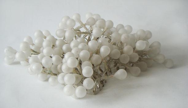 Ya son blancas las navidades 2012 Bombillos de vidrio y cuentas de acrilico ensamblados con acero y plata 6 x 14 x 16 cm (2.4 x 5.5 x 6.3 in)